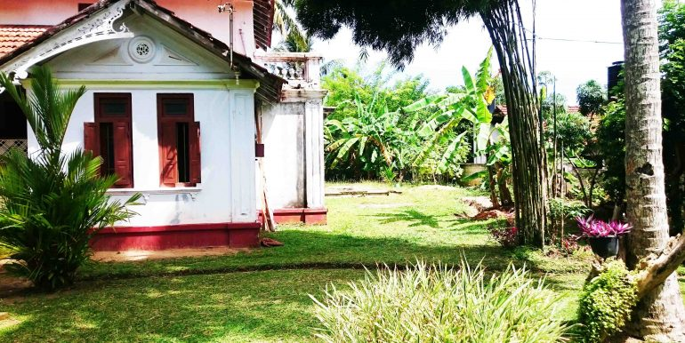 Attractive Colonial House in good location-3