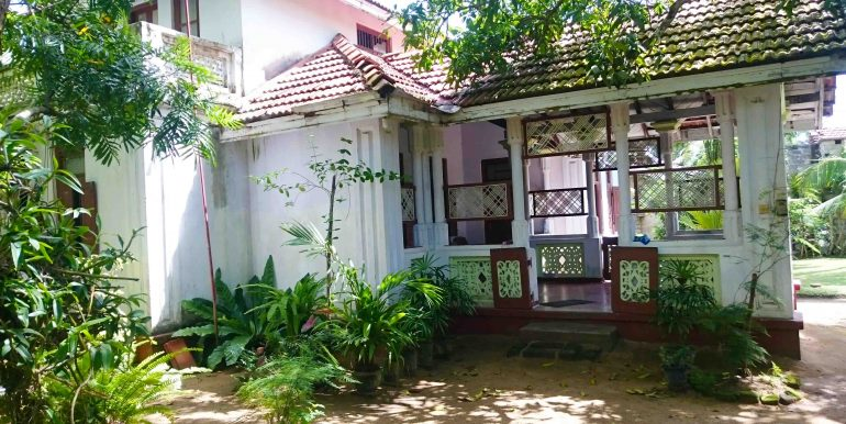Attractive Colonial House in good location-5